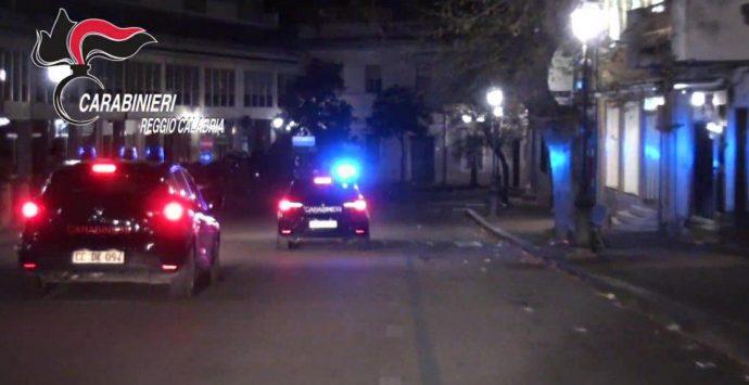 Rubano merce in un negozio, i carabinieri arrestano due persone