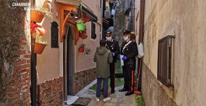 Coronavirus, computer per lezioni a distanza consegnati ai bambini dai carabinieri