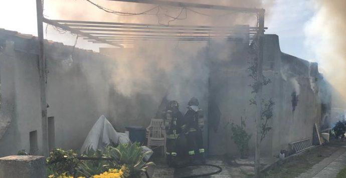Pellaro, incendio distrugge un deposito di condizionatori