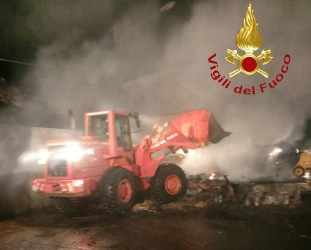 In fiamme semirimorchio carico di paglia: vigili del fuoco impegnati a Bova Marina