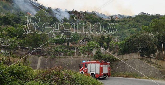Paura a Scilla, vasto incendio minaccia le abitazioni
