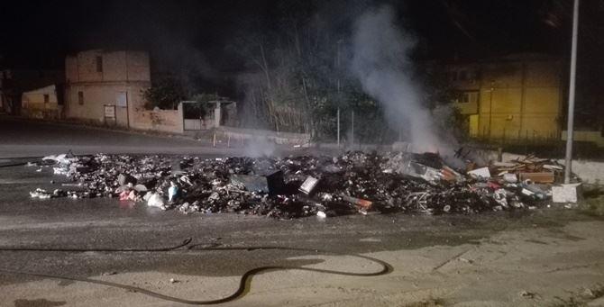 Reggio Calabria, discarica in fiamme. I cittadini: «Basta polemiche, si risolva il problema»