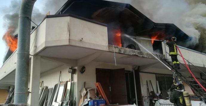 Roccella Jonica, a fuoco una falegnameria nel centro storico