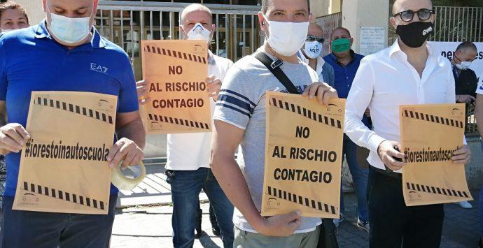 Reggio Calabria, protestano le autoscuole: «Esami nelle nostre sedi e non alla motorizzazione»