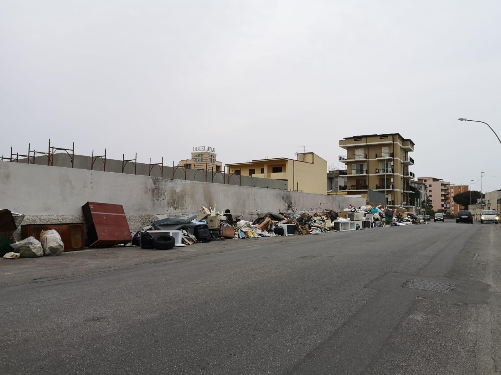 Reggio Calabria, invasione di rifiuti ingombranti a Ciccarello