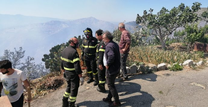 Motta San Giovanni, pericoloso incendio vicino al centro abitato