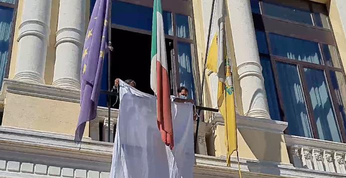 Reggio Calabria, un lenzuolo bianco steso sulla facciata di palazzo Alvaro per ricordare Falcone