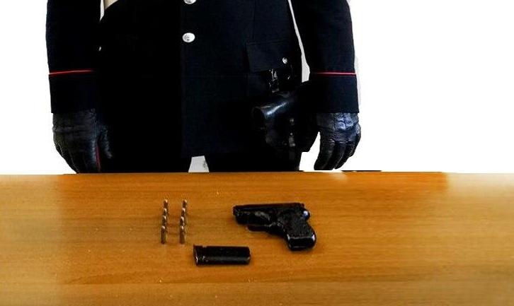 Nascondeva una pistola in un muro, 60enne arrestato dai carabinieri