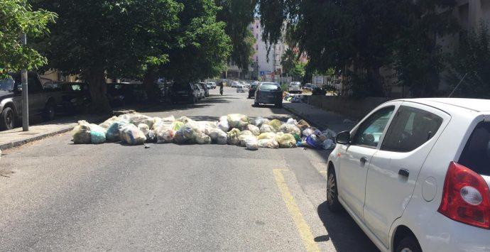 Reggio Calabria, rifiuti in strada: bloccata via San Giuseppe