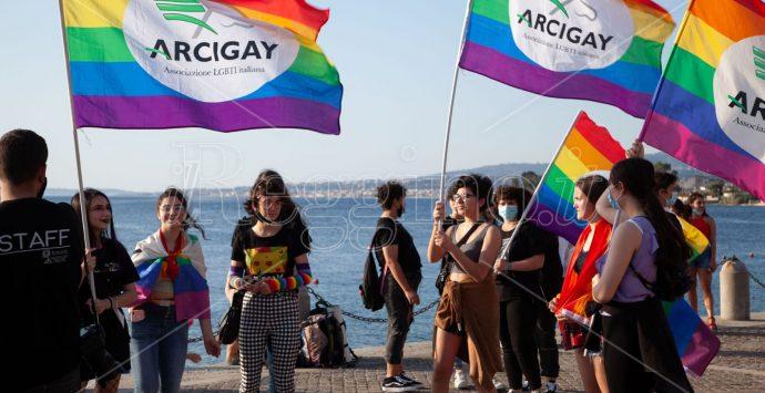 """Arcigay """"I due mari"""", l'Arena dello Stretto si accende con le bandiere arcobaleno"""