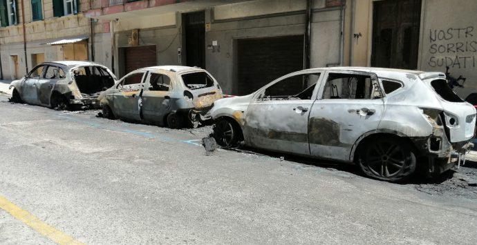 Reggio Calabria, 5 auto e una moto in fiamme in via Filippini