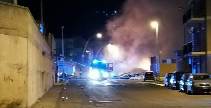 Emergenza rifiuti, notte di fuoco a Reggio Calabria: roghi in diverse zone della città