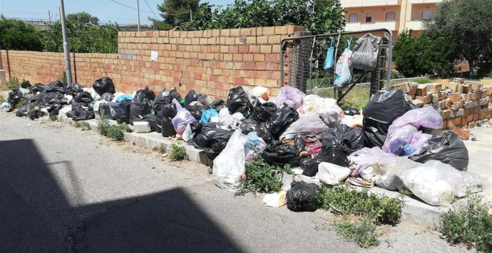 Rifiuti a Lazzaro, la denuncia di Crea: «Situazione non più sostenibile»