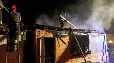 Siderno e Locri, in fiamme il container di un lido e un autolavaggio