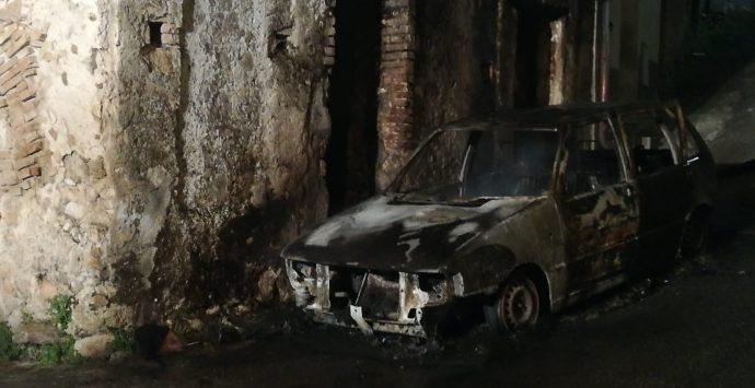 Camini, testa di pecora e auto incendiata ad un avvocato