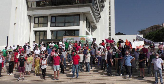 Emergenza rifiuti, la manifestazione di Libera sollecita il dialogo sul tema alla Regione