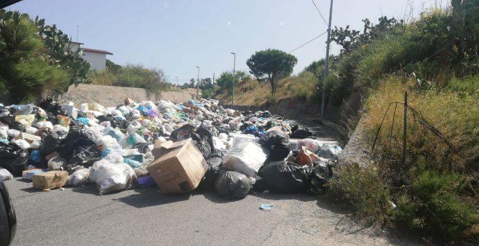 Rifiuti, a Pietrastorta è emergenza: strada bloccata dall'immondizia e cittadini esasperati