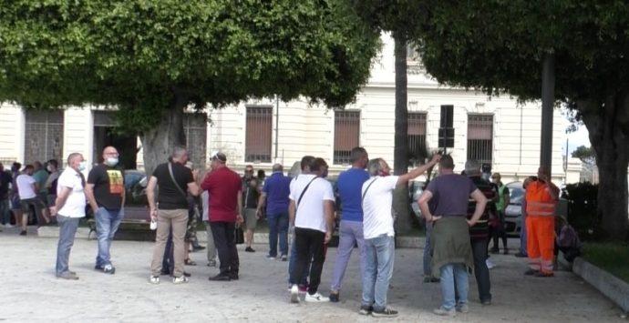 Emergenza rifiuti, Avr e Ase in piazza per rivendicare gli stipendi e contro ingiusti licenziamenti