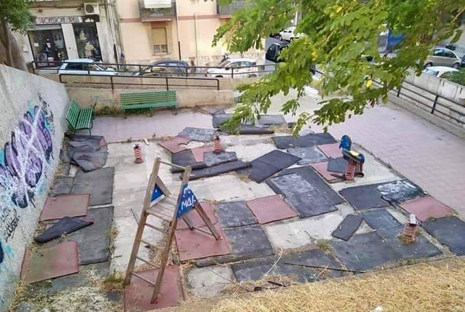 Reggio Calabria, vandalizzato il parco giochi di via Udine. Falcomatà: «Vigliacchi»