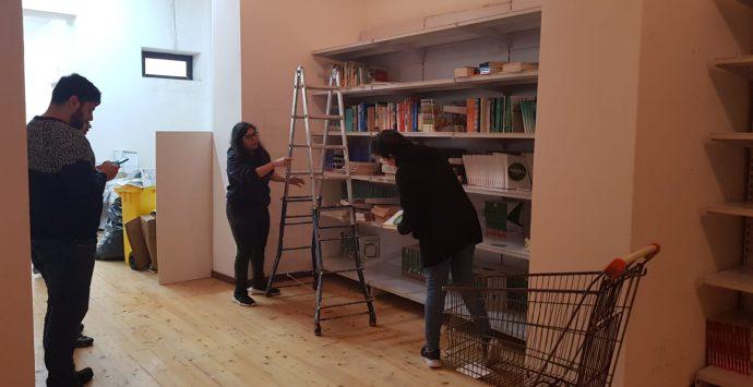 Scilla, i volontari della biblioteca: «Solo noi ci siamo rimboccati le maniche, altri qui non sono mai venuti»