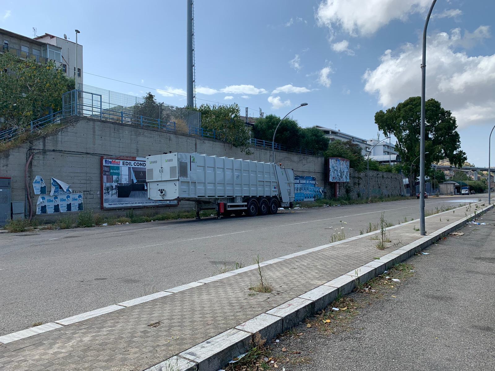 """Emergenza rifiuti, """"La cosa pubblica"""" denuncia: «Piazzale Ferrari non sanificato»"""