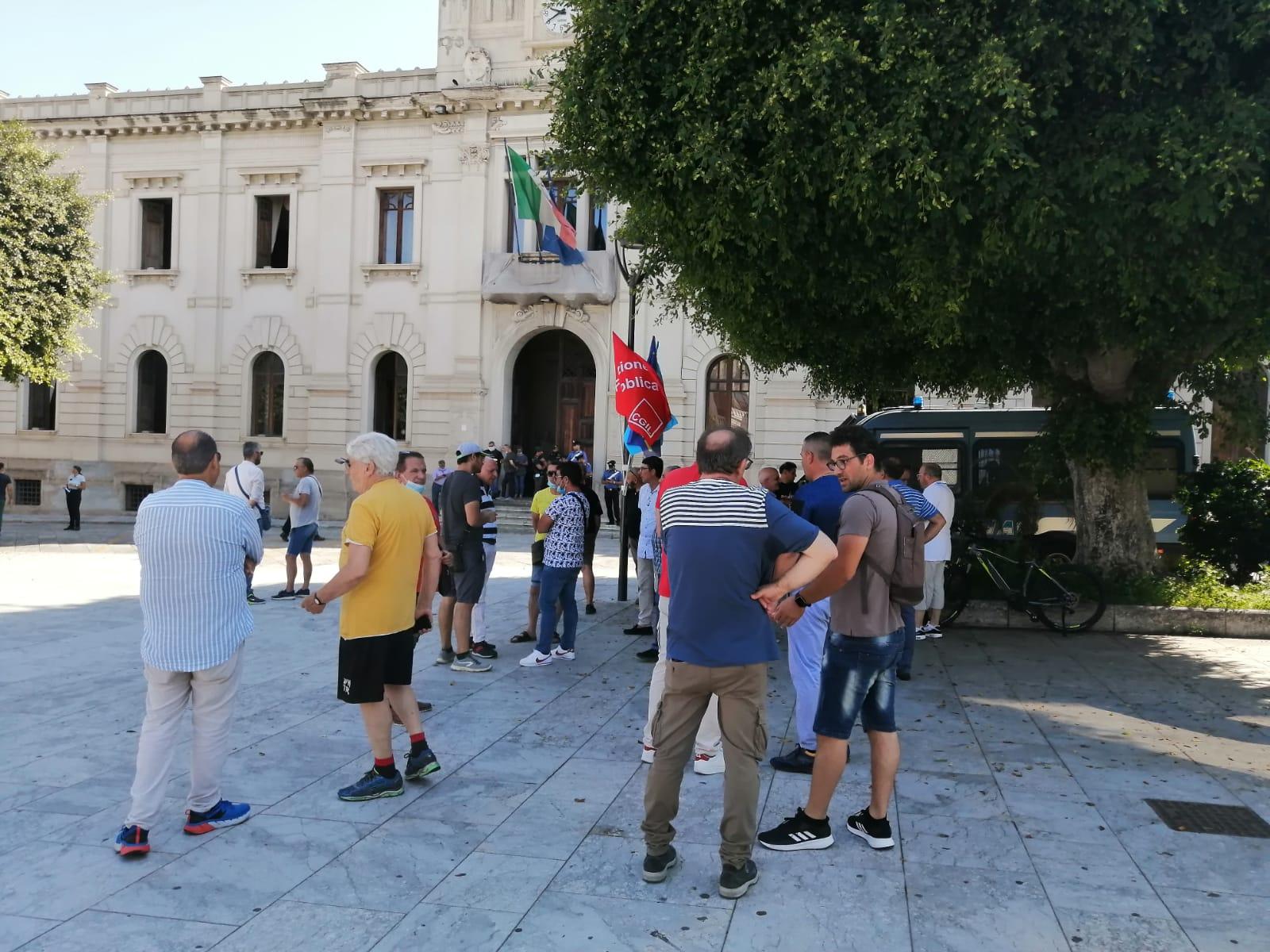 Reggio Calabria, nuova protesta dei dipendenti Avr in piazza Italia