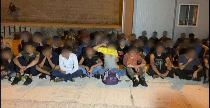 Coronavirus a Roccella, il sindaco: «Sicurezza per turisti e residenti, garantendo dignità a giovani migranti fragili»