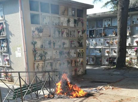 Reggio Calabria, incendio doloso di  cassonetti al cimitero di Condera. Danneggiati muri e diverse lapidi