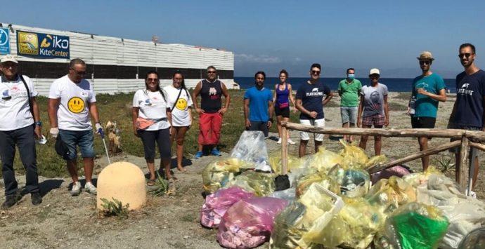 Reggio Calabria, giornata di sensibilizzazione all'ambiente: pulite le spiagge di Punta Pellaro e Bocale