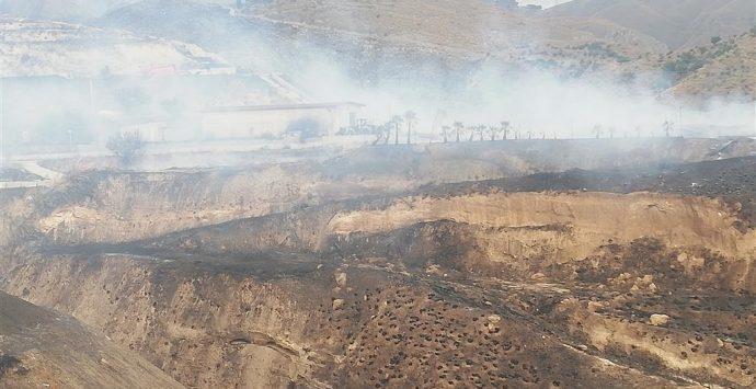 Incendio a Comunia, Mallamaci si riunisce in assemblea permanente