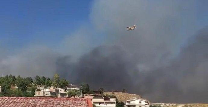 Vasto incendio nel Reggino, le fiamme lambiscono l'abitato: evacuate alcune case