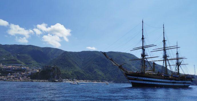 L'Amerigo Vespucci saluta Scilla e il passaggio regala incanto