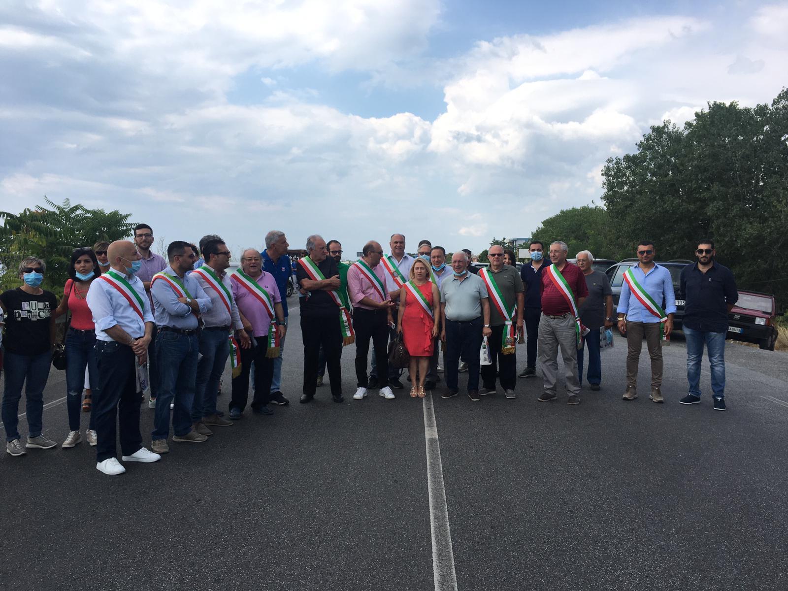 Emergenza rifiuti nella Locride, i sindaci bloccano la statale 106