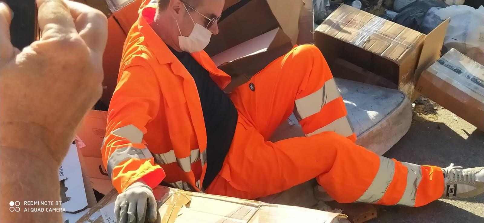 Elezioni Reggio Calabria, Klaus Davi torna a Ciccarello e San Sperato e s'immerge nei rifiuti
