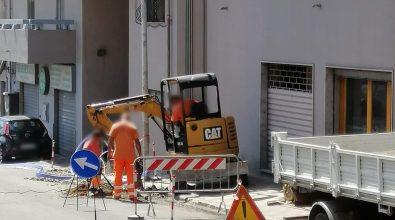 Reggio, scavi e lavori nell'asfalto nuovo di via Reggio Campi