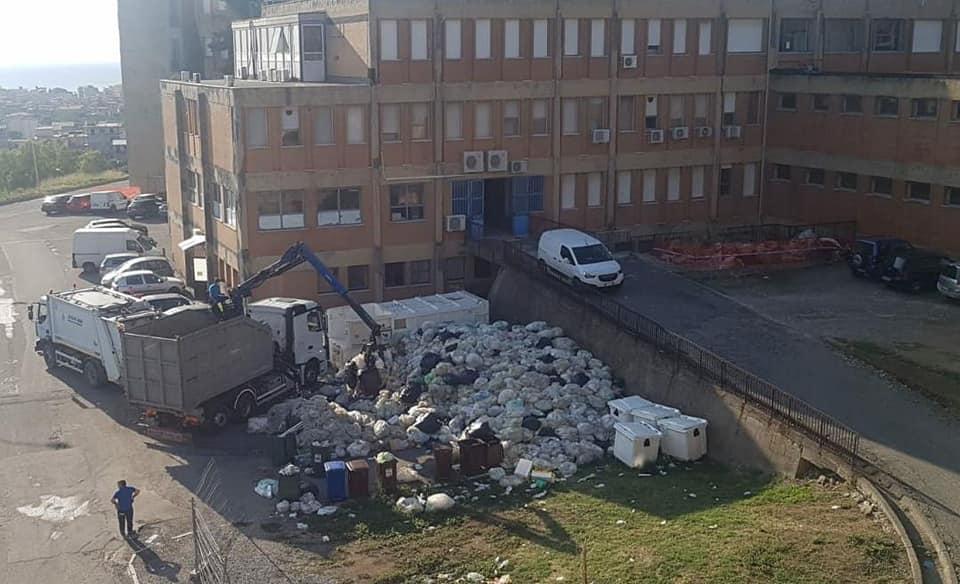 Locri, rimossi i rifiuti accumulati fuori dall'ospedale