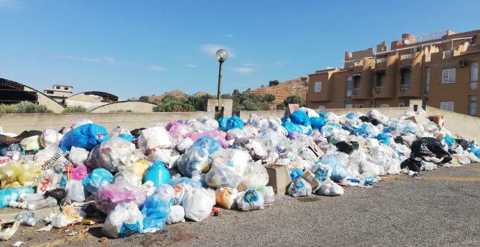 Rifiuti a San Gregorio, i cittadini presentano un esposto in Procura