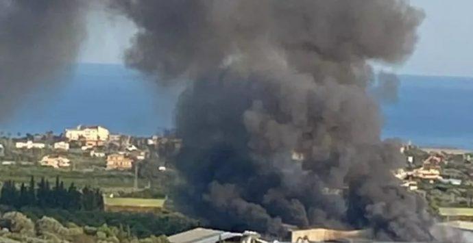 Siderno, dopo l'incendio difficoltà per il conferimento dei rifiuti nell'impianto