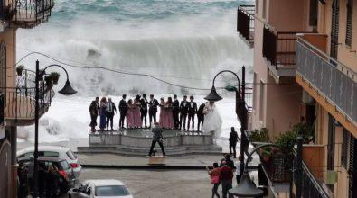 """Matrimoni da favola, gli """"sposi di Scilla"""" raccontano la foto che ha fatto il giro del web"""
