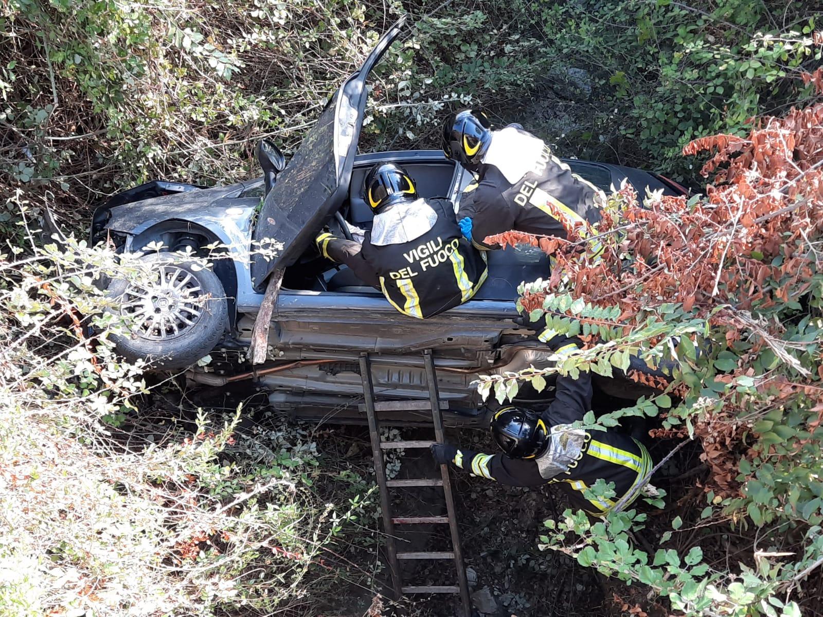 Trovata auto in un dirupo, vigili del fuoco salvano un uomo