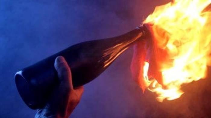 Bottiglia incendiaria contro il consultorio, Reggio non tace: «La solidarietà è più forte della violenza»