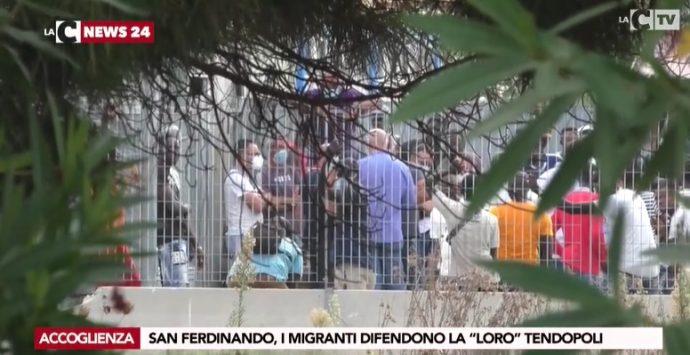 I migranti impediscono la rimozione di venti tende: tensioni a San Ferdinando