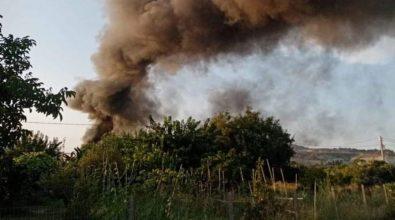 Incendio discarica a Siderno, il Comune: «Restate in casa». Sospesa la differenziata a Locri