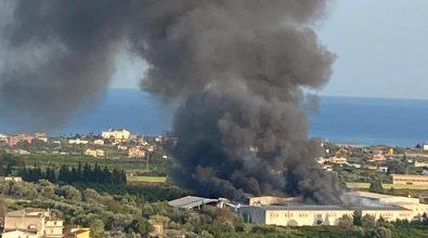 Vasto incendio a Siderno, domani scuole chiuse