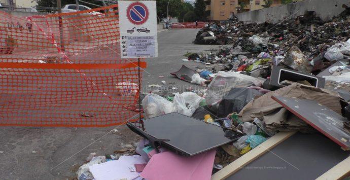 Politica e spazzatura. La triste campagna elettorale tra roghi e cumuli di rifiuti