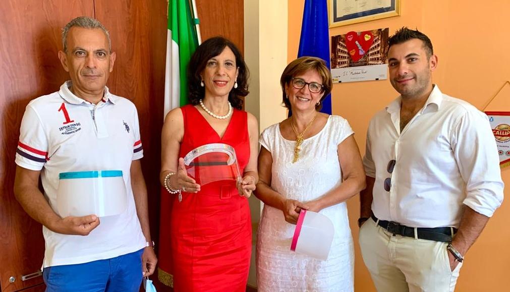"""Taurianova, la """"Crea assicurazioni"""" dona 100 visiere per gli allievi della """"Monteleone – Pascoli"""""""