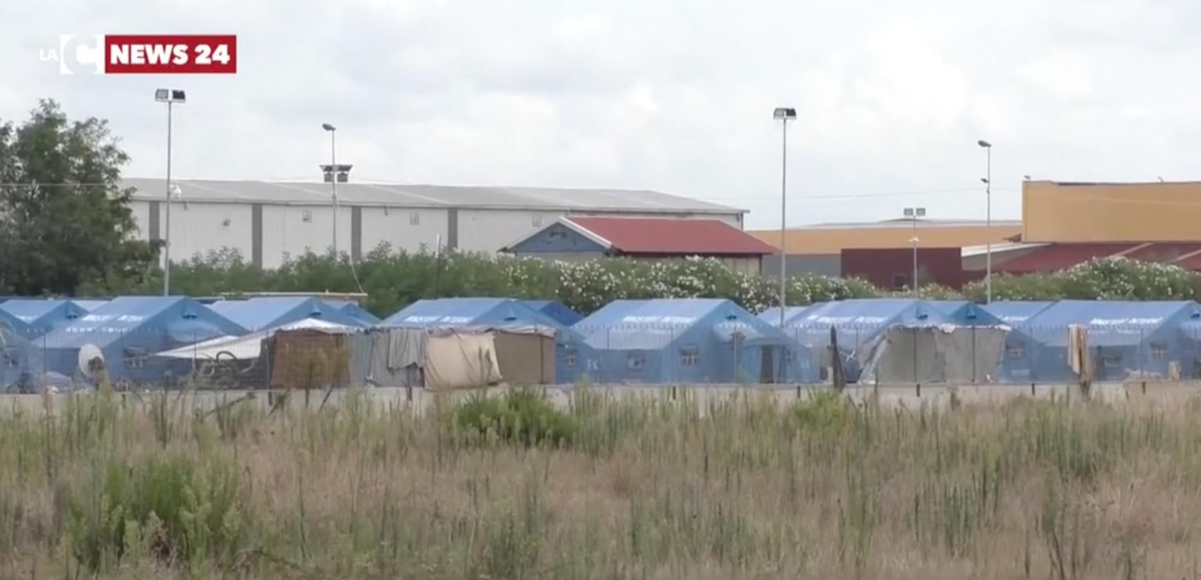 Tendopoli di San Ferdinando, sit in degli operatori italiani: «Vogliono mandarci via»
