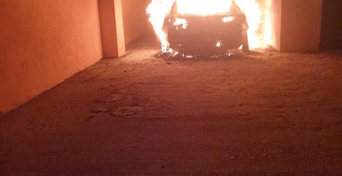 Atto intimidatorio contro Enzo Infantino: auto in fiamme nella notte