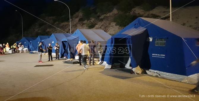 """Migranti, il Covid """"smantella"""" il campo di Rosarno: sgombero di notte e nuova tendopoli"""