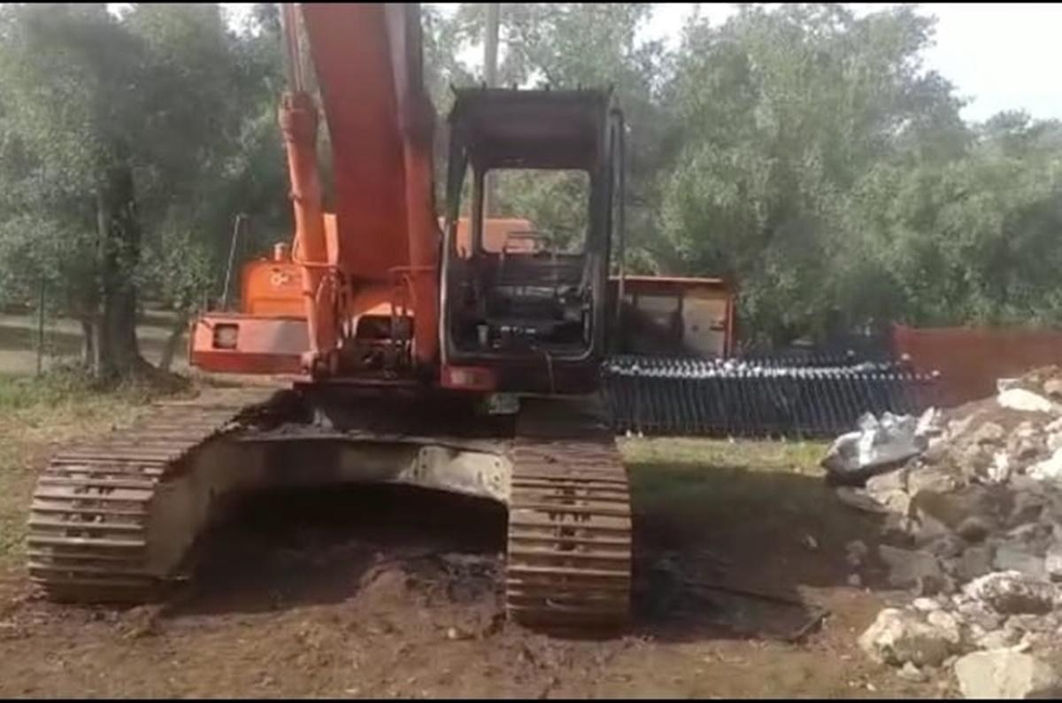 Palmi, raid incendiario nella notte: distrutto un escavatore dell'impresa edile Mel Fer